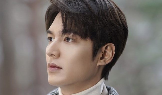 """ทีมงานจากเรื่อง """"The King: Eternal Monarch"""" ชื่นชมการอุทิศจนเพื่องานของอีมินโฮ(Lee Min Ho)"""