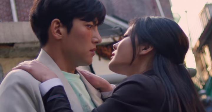 """จีชางอุค(Ji Chang Wook) ไม่สามารถต้านทานเสน่ห์ของคิมยูจอง(Kim Yoo Jung) ในทีเซอร์ใหม่ """"Backstreet Rookie"""""""