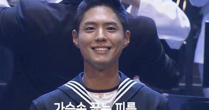 พัคโบกอม (Park Bo Gum) อัพเดทสถานะของเขาขณะเป็นพิธีกรคอนเสิร์ตทหารเรือ