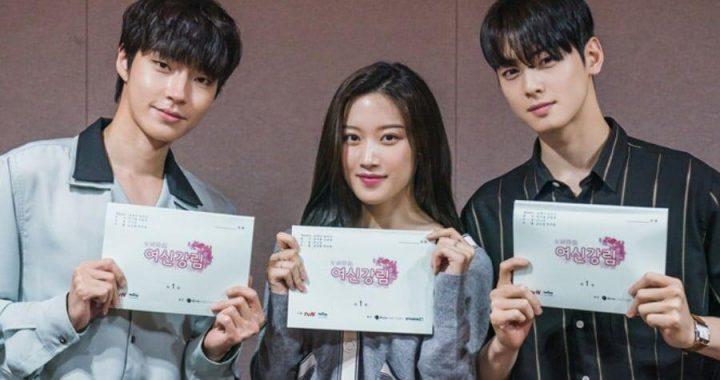 """ชาอึนอู(Cha Eun Woo), มุนกายอง(Moon Ga Young) และฮวางอินยอบ(Hwang In Yeob) จากละครเรื่อง """"True Beauty"""" ร่วมอ่านบทเป็นครั้งแรก"""