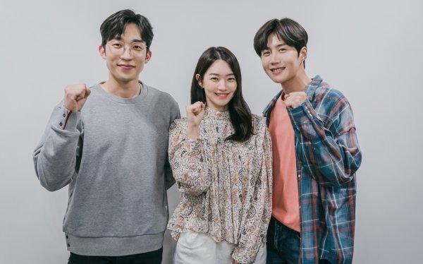 """คิมซอนโฮ(Kim Seon Ho), ชินมินอา(Shin Min Ah) และอีกมากมาย ทดสอบเคมีของพวกเขาที่การอ่านบท """"Hometown Cha-Cha-Cha"""""""